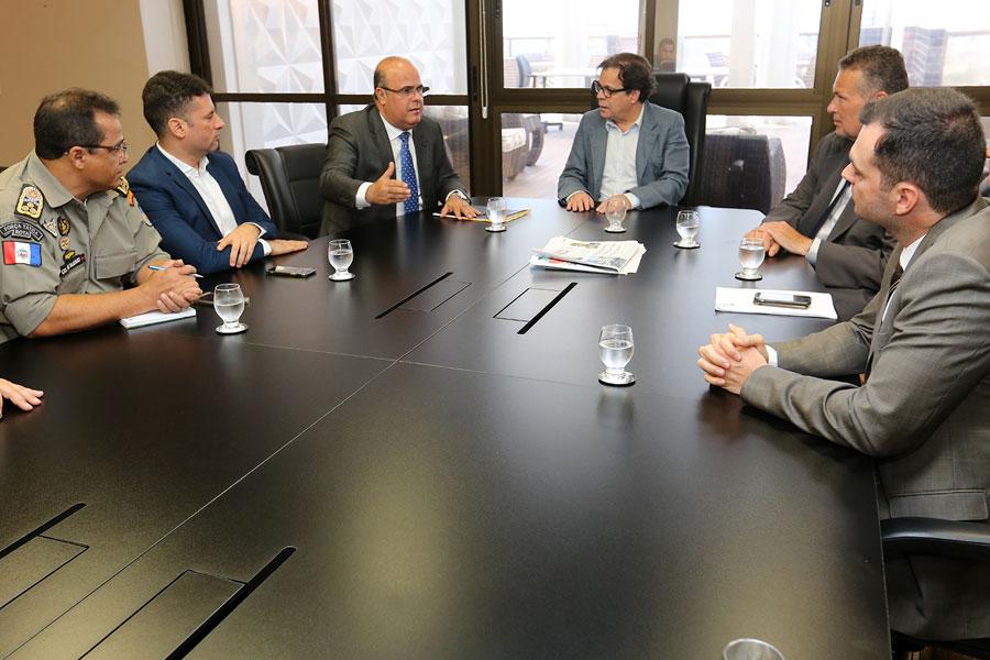 Ao fundo, corregedor Fernando Tourinho, presidente Tutmés Airan e secretário Lima Júnior.
