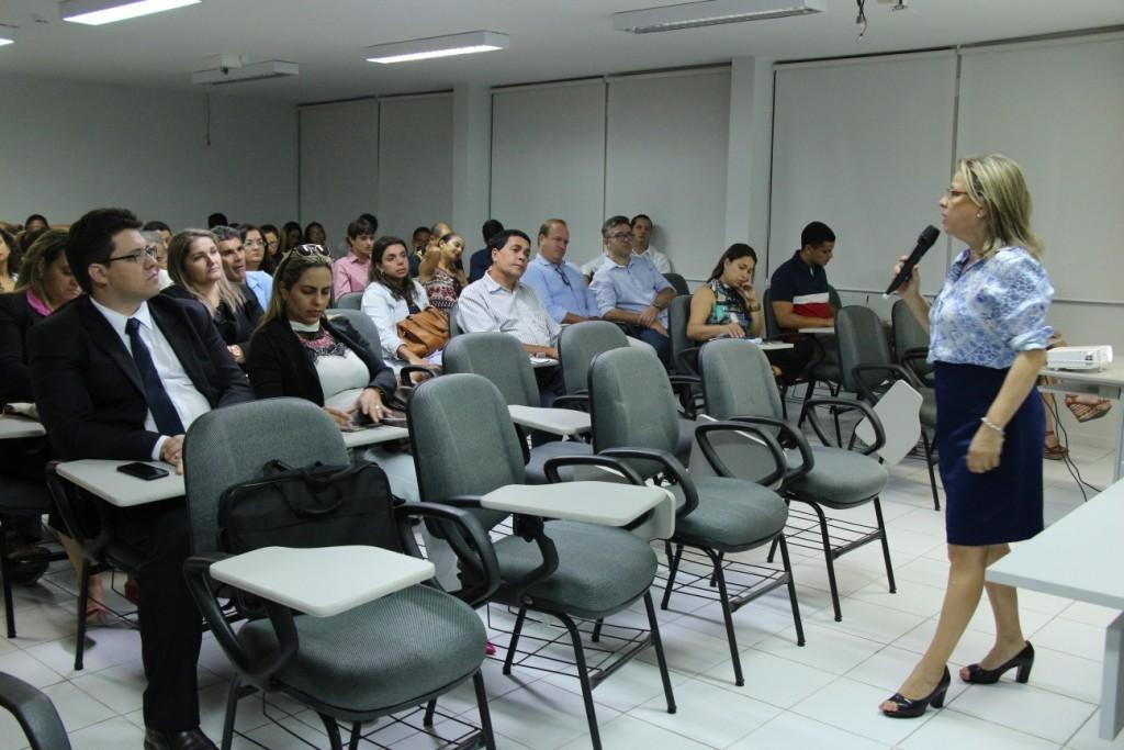 Margarida Melo dá aula sobre estrutura do Poder Judiciário para servidores