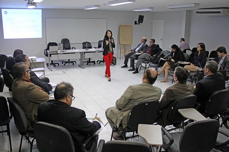 Juízes debateram a questão da tortura com a professora Sylvia Dias. Fotos: Isaac Neves.