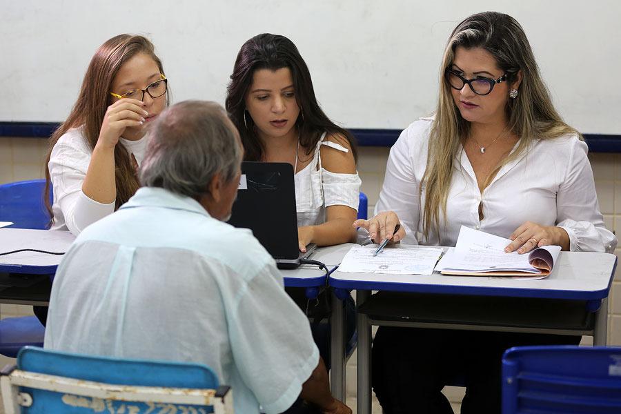 Juíza Emanuela Porangaba, à direita, atende Amaro dos Santos, em ação de retificação de registro civil.