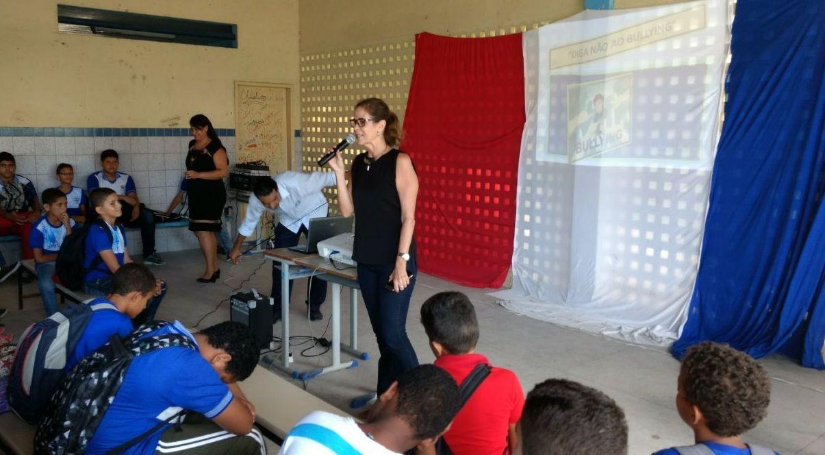 Ana Valéria Pitta, servidora do PCJE, apresentou ações do programa para estudantes.