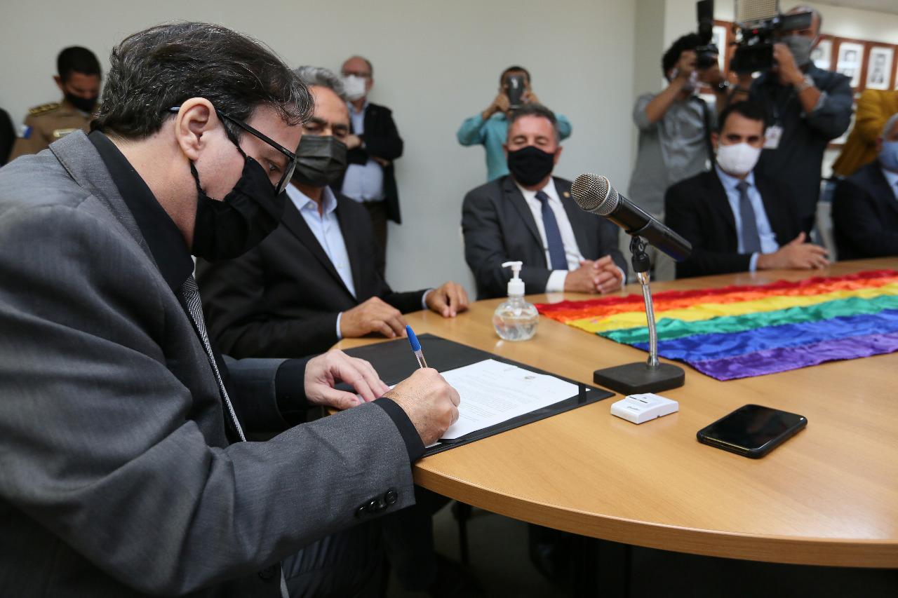Tutmés Airan assinou o projeto de lei que trata da criação da delegacia para pessoas vulneráveis.