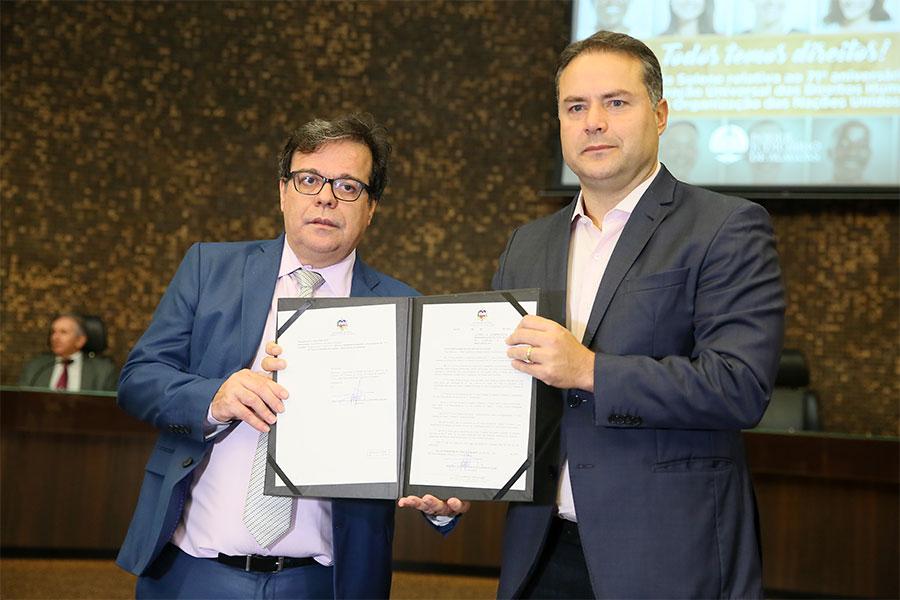 Presidente do TJAL, Tutmés Airan, e governador Renan Filho, que sancionou lei alterando a competência material da 13ª e da 14ª Vara Criminal da Capital.