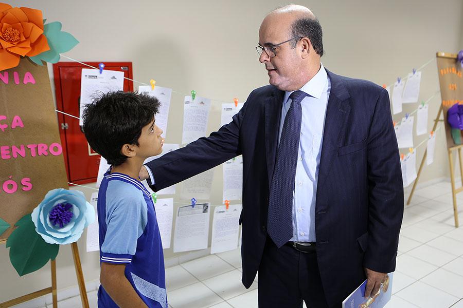 Diretor-geral Fernando Tourinho parabeniza estudante que participou do concurso. Foto: Caio Loureiro