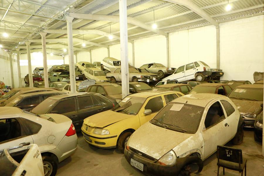 Alguns dos veículos estão em galpão no bairro São Jorge, em Maceió.