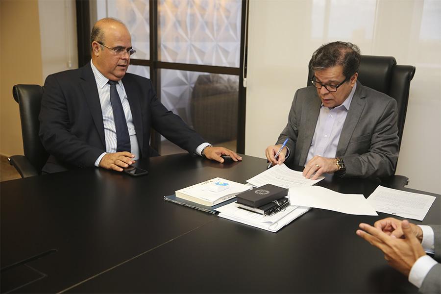 Desembargadores Fernando Tourinho e Tutmés Airan, durante assinatura da ordem.