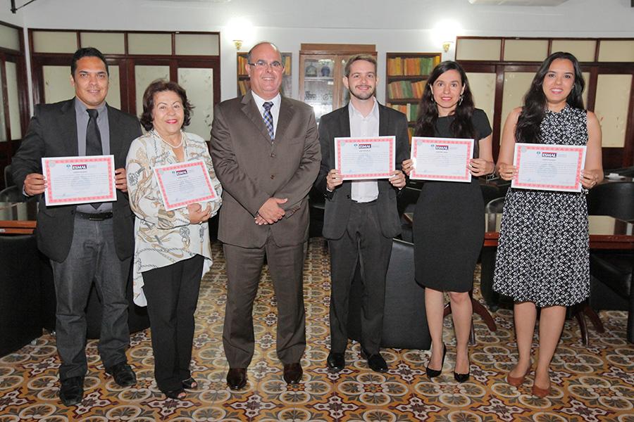 Diretor-geral da da Esmal entregou certificados para os cinco primeiros estudantes a concluírem o curso.