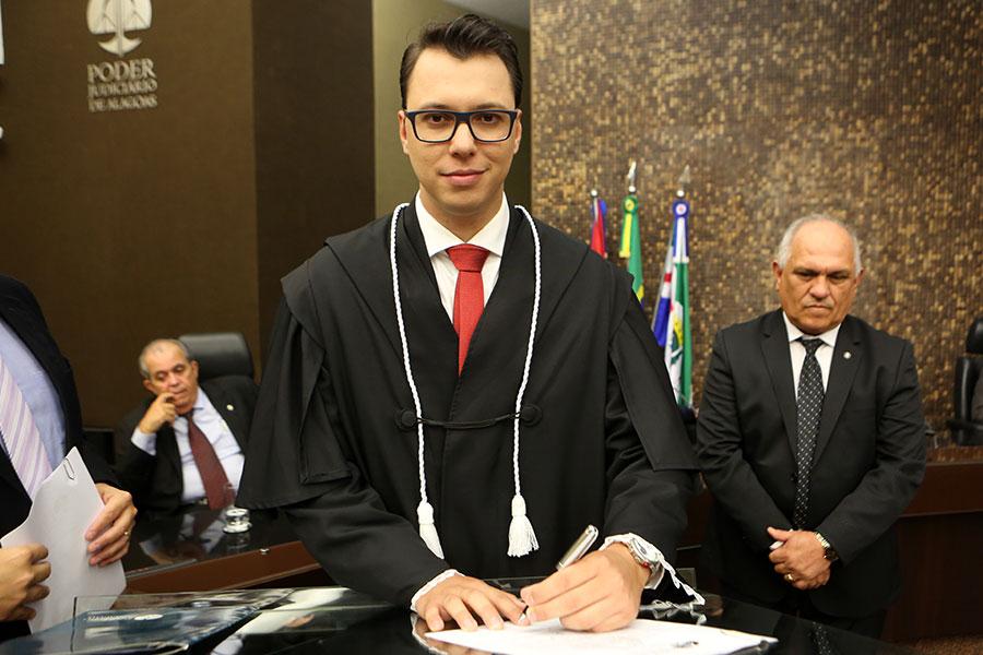 Juiz Ewerton Luiz Chaves Carminati.