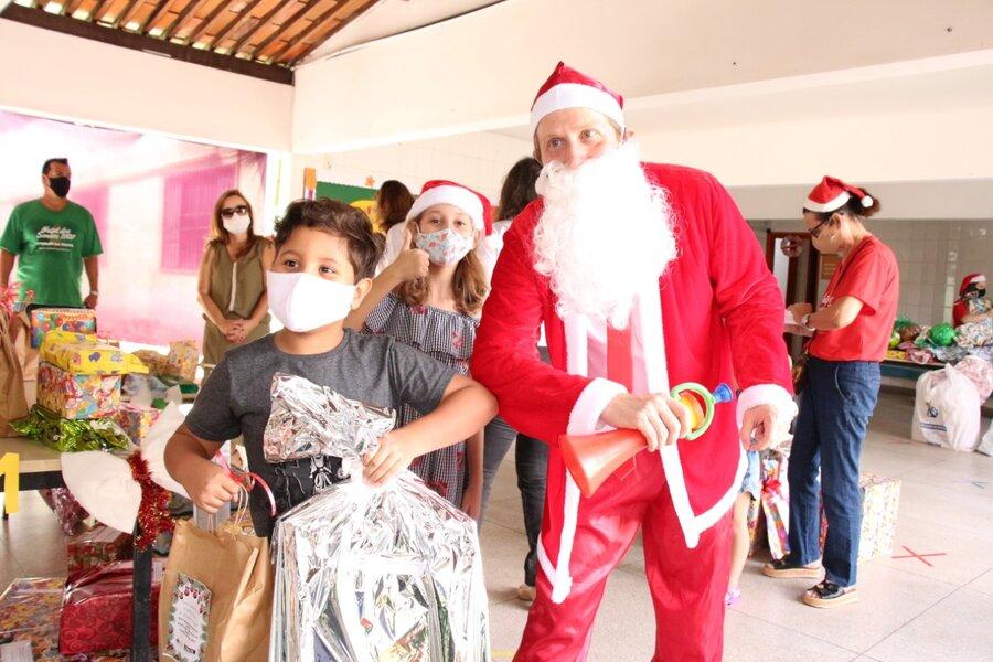 O juiz Anderson Passos se vestiu de Papai Noel e entregou presentes para as crianças.