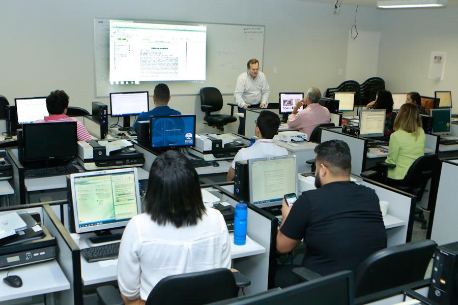 Servidores aprendem funcionalidades do Sistema de Automação da Justiça (SAJ).