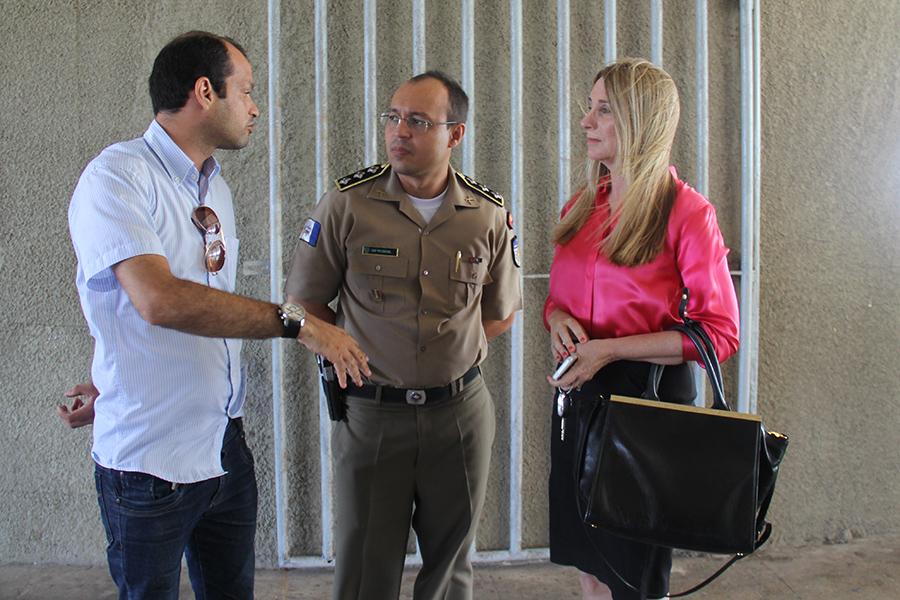 Programador explica projeto para a promotora e capitão da PM Edival Lima.