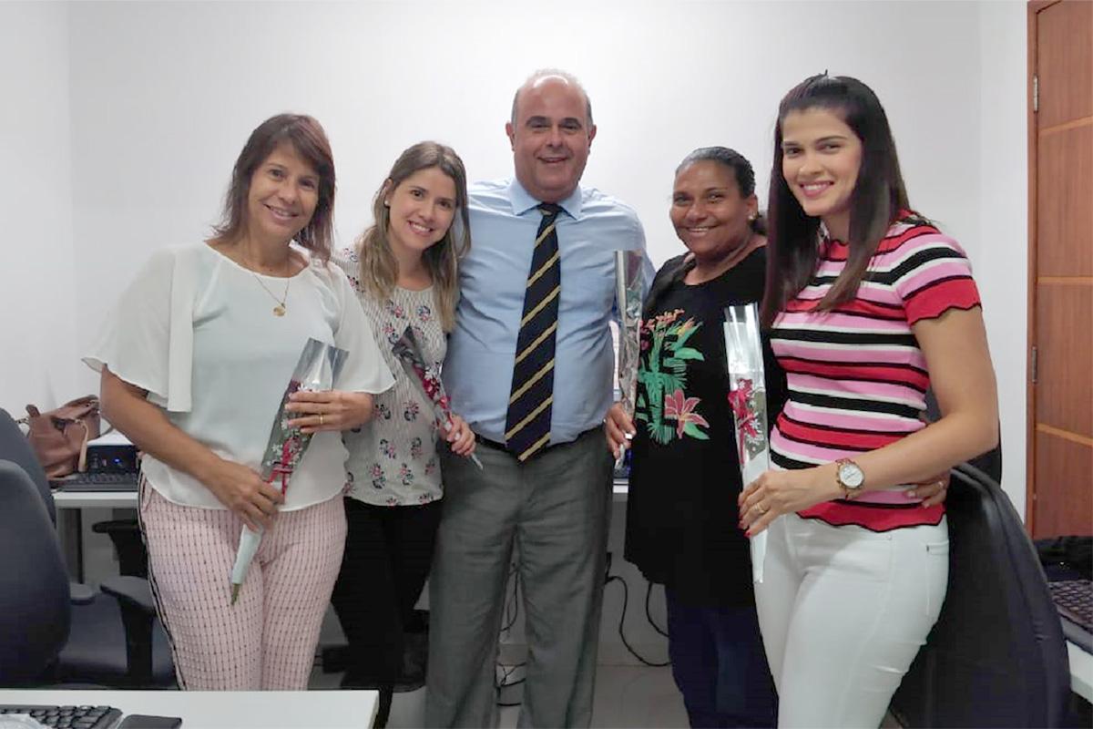 Corregedor também entregou flores a Jaqueline, Adriana, Sílvia e Carol, do setor de serventia extrajudicial.