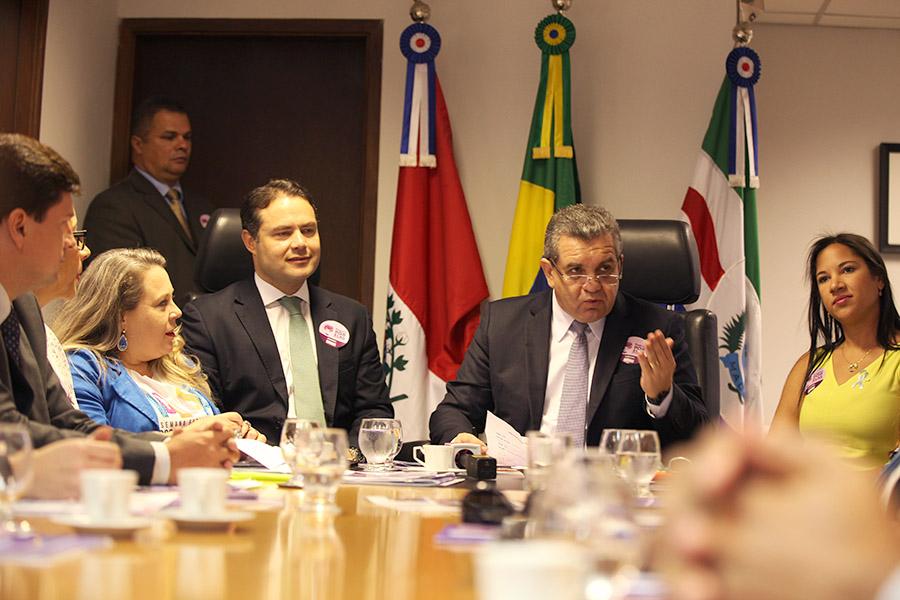 Ao centro, Renan Filho e Washington Luiz Damasceno (Foto: Anderson Moreira)