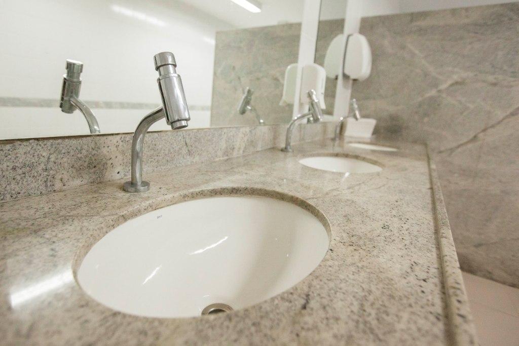 Manutenção hidráulica nos banheiros irá conservar a estrutura existente. Foto: Itawi Albuquerque