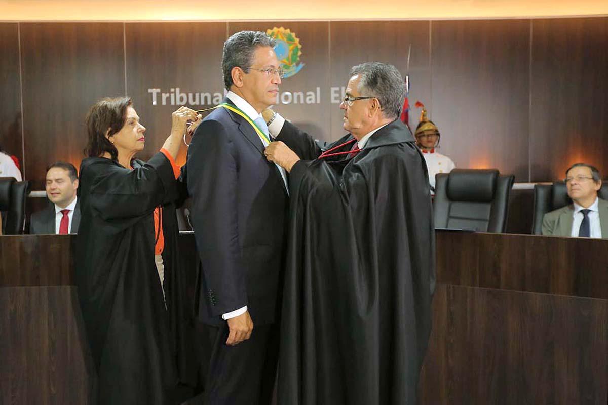 Ministro Mauro Campbell recebe homenagem do presidente do TRE/AL. Foto: Itawi Albuquerque