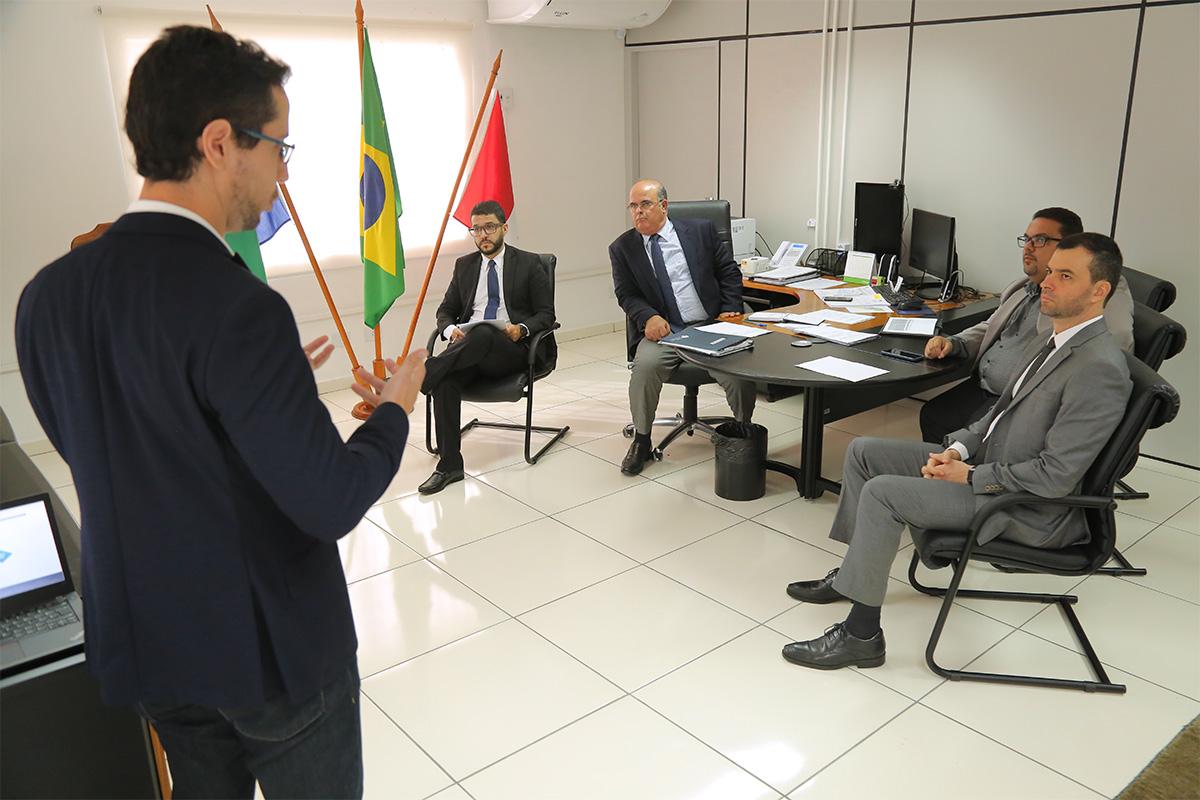 Coordenador do NIOJ, Mauro Faião, apresenta projeto à equipe da CGJ/AL. Foto: Itawi Albuquerque