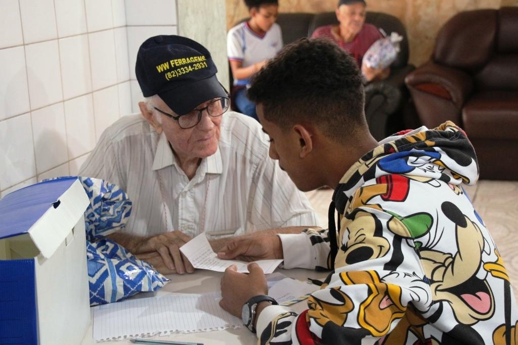 Projeto leva estudantes da rede pública para visitas no abrigo de idosos.