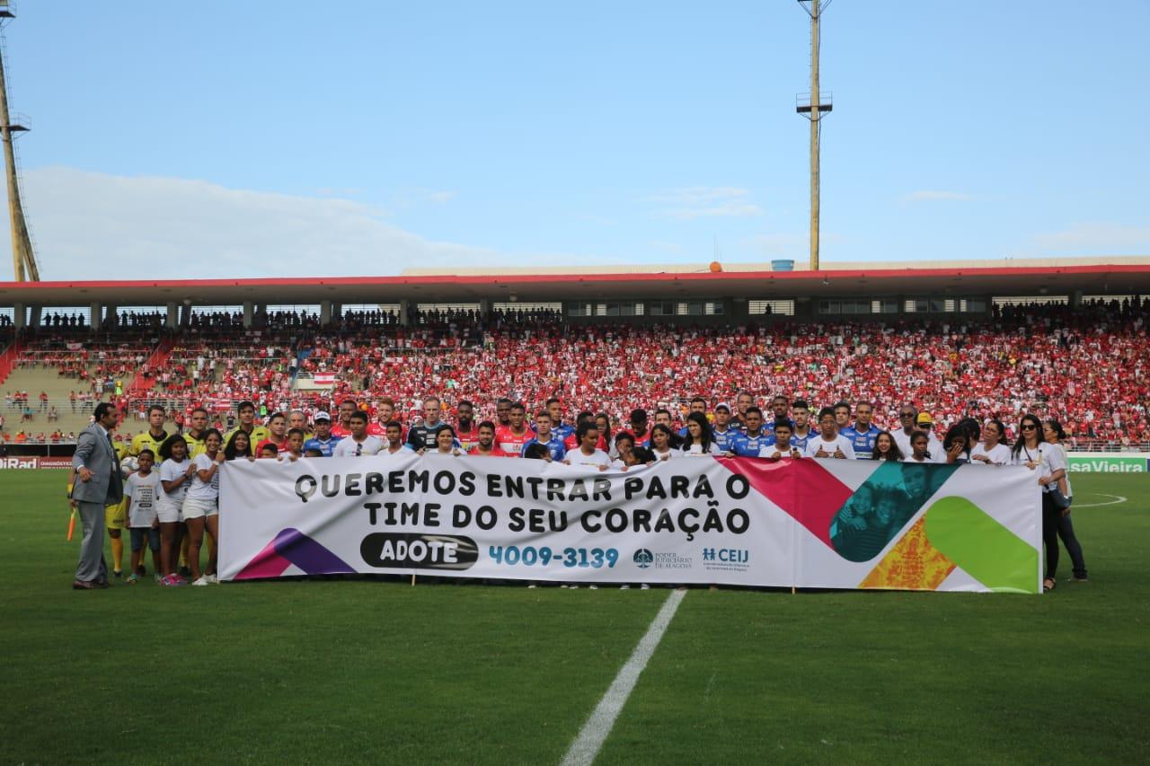 Crianças e adolescentes posaram para foto com os jogadores e divulgaram a mensagem da campanha.