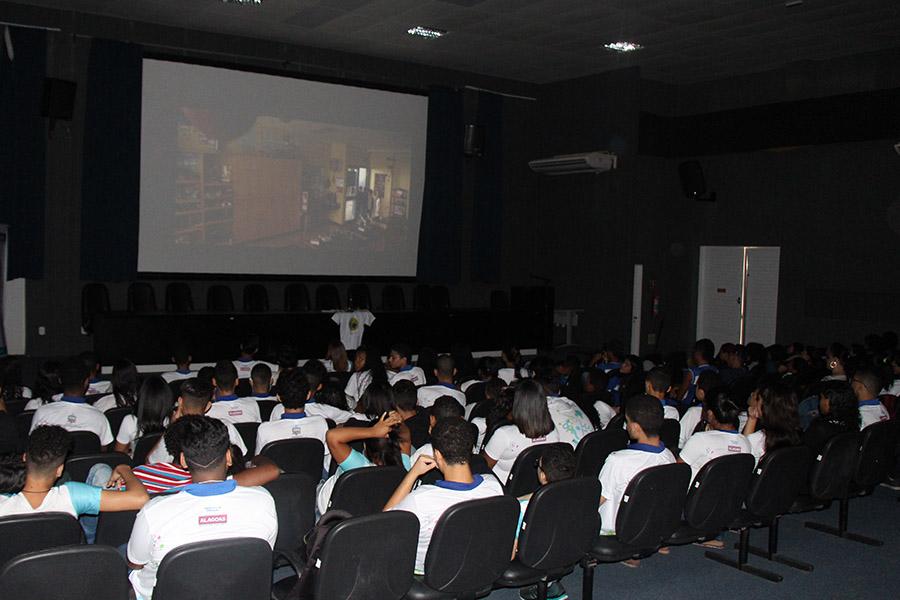 Cine Esmal apresenta filme sobre bullying para cerca de 150 alunos da rede pública