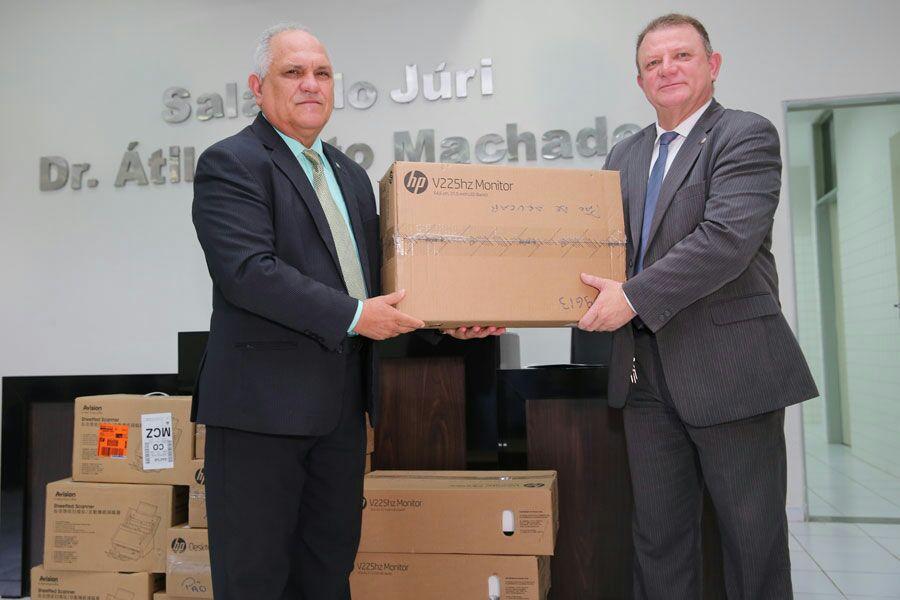 Presidente do TJ/AL entregou quatro computadores e três scanners para auxiliar na prestação jurisdicional na Comarca.