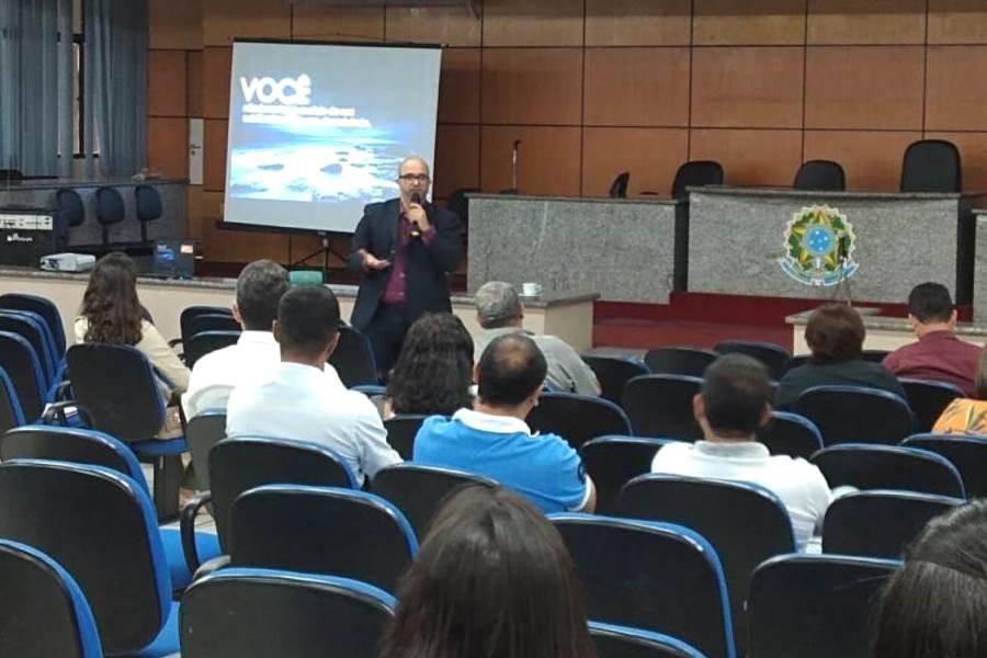 Professor Sérgio Accioly ministrando aula para servidores.