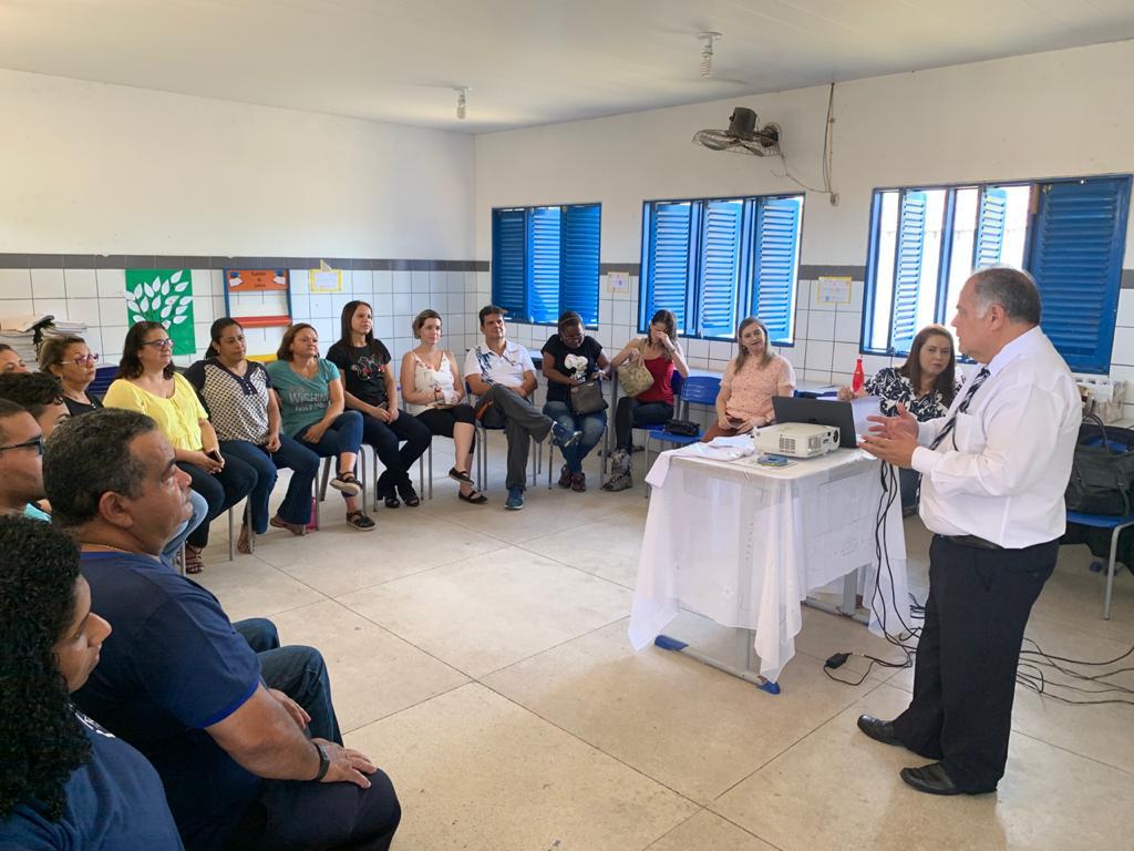Magistrado Cláudio José Gomes Lopes conversou com professores e funcionários sobre resolução de conflitos.