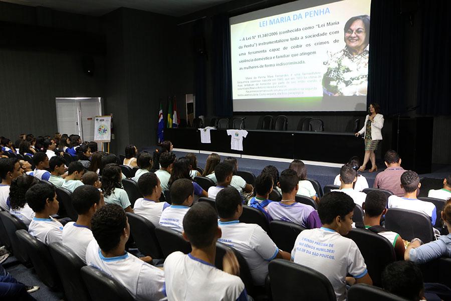 Promotora de justiça orienta estudantes a denunciar casos de agressão. Foto: Caio Loureiro / DicomTJAL