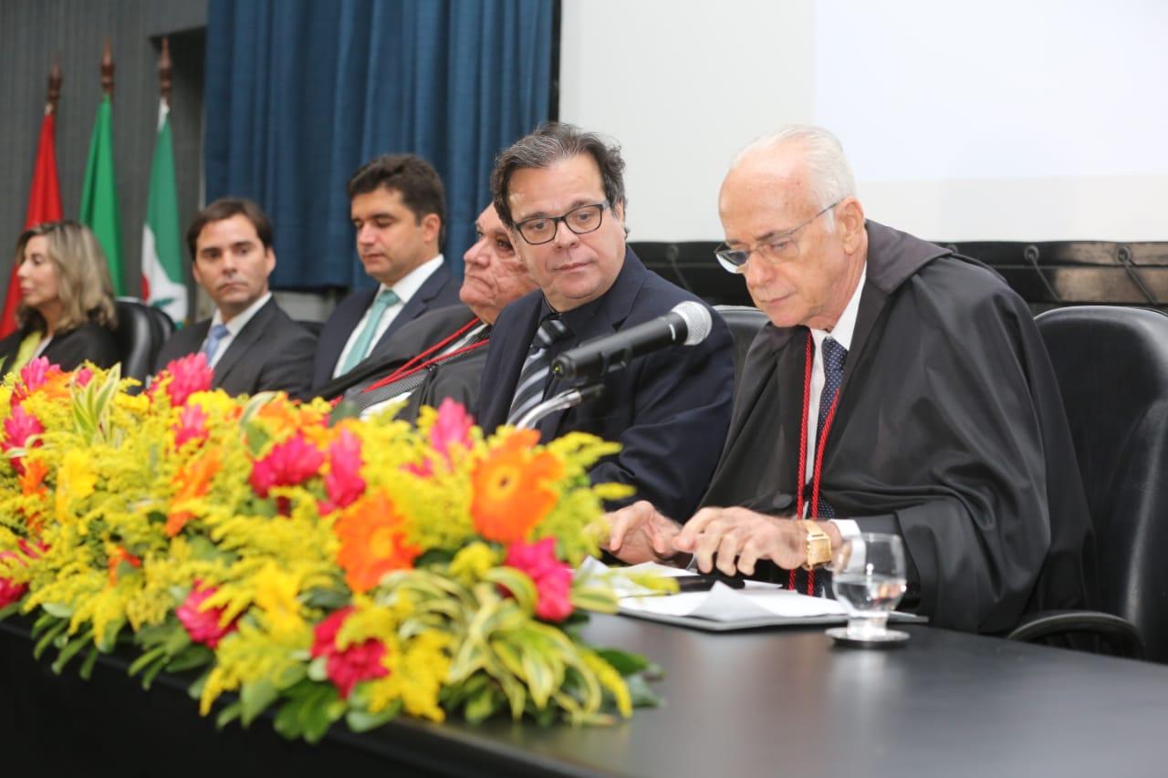 Desembargador Tutmés Airan participou da posse do novo presidente do TRE-AL, na sede da Esmal.