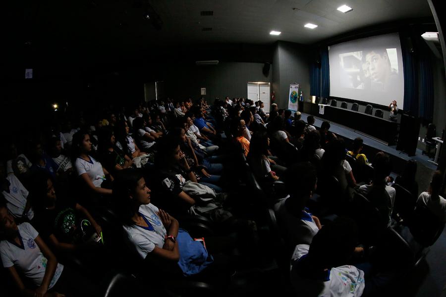 Estudantes assistem a documentário no auditório da Esmal.