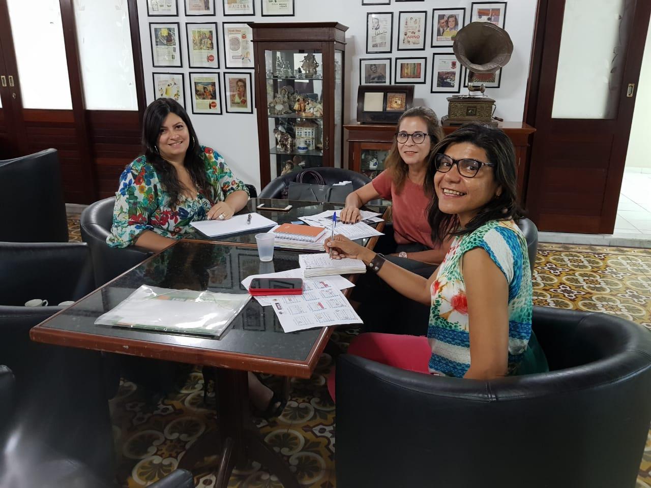 Conciliadora Moacyra Rocha participou de reunião com servidoras do PCJE Ana Valéria Pitta e Luzia Rodrigues.