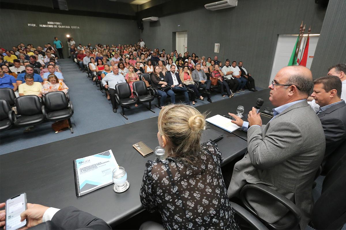 Corregedor dialoga com oficiais de cartórios, na Escola Superior da Magistratura de Alagoas. Foto: Itawi Albuquerque