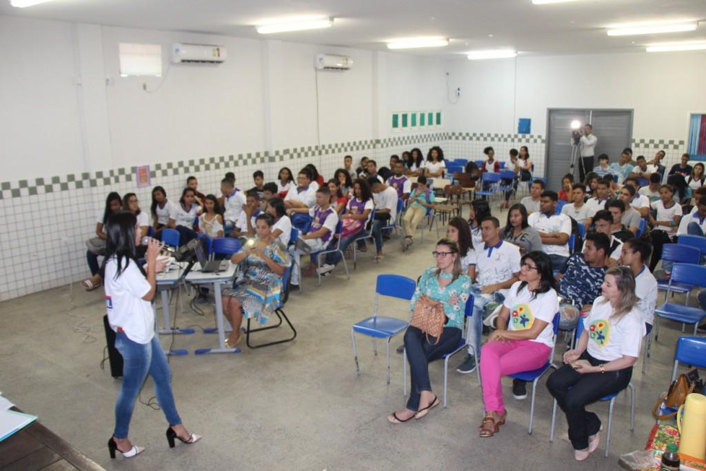 Servidora do TJ profere palestra sobre bullying em escola no bairro Jacintinho
