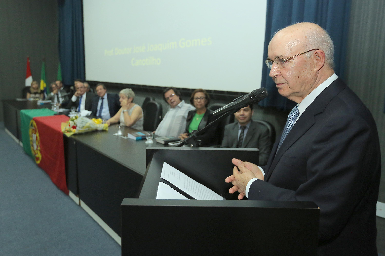 Professor Canotilho ministrou palestra sobre responsabilidade no Direito Público.