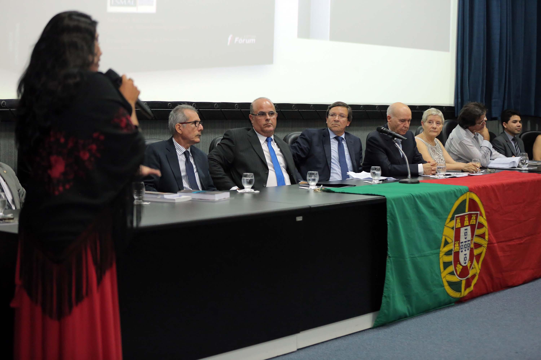Cantora Irina Costa interpretou um fado em homenagem ao pesquisador português. Foto: Itawi Albuquerque