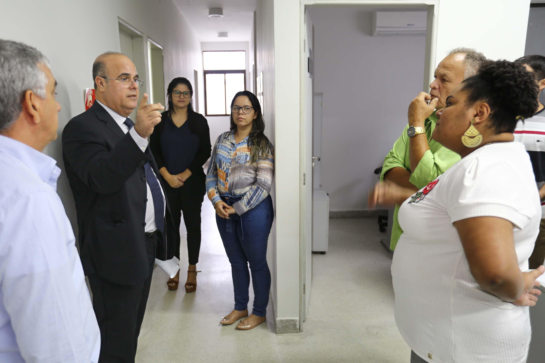 Corregedor Fernando Tourinho dialoga com servidores do Fórum de Penedo. Foto: Itawi Albuquerque