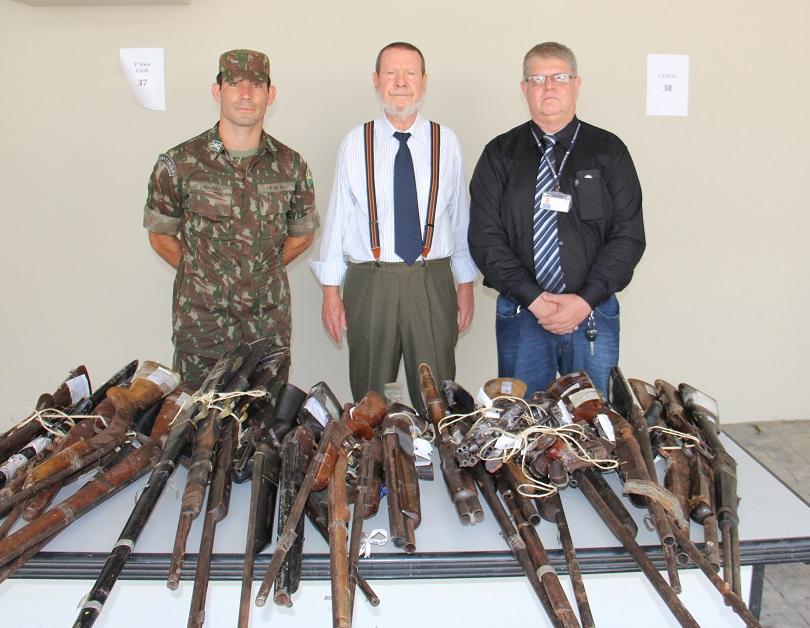 Tenente Matias, desembargador Paulo Lima e Nelson Brandão acompanharam a entrega das armas
