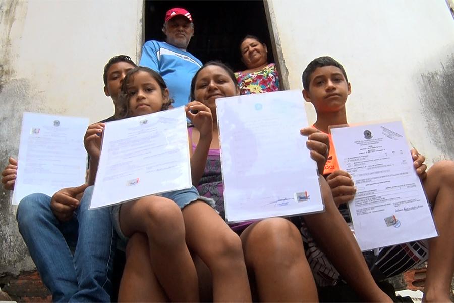 José Carlos Vieira e Maria Cícera Belo com quatro de seus 16 filhos. Reprodução: TV Tribunal