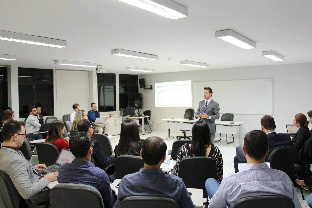 Professor Rogério Sanches ministrou aula para os magistrados; capacitação segue até sexta-feira (23).