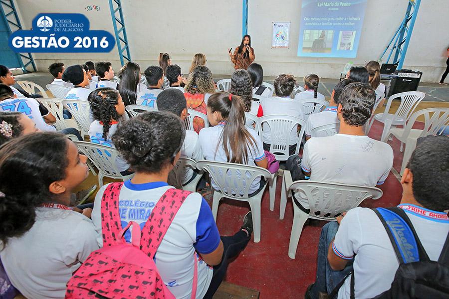Psicóloga Poliana Amorim conversou com estudantes sobre violência doméstica, em agosto deste ano.