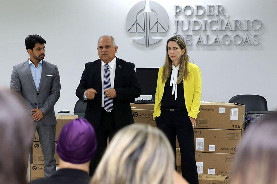 Juiz Helestron Costa, presidente Otávio Praxedes, e juíza Luciana Raposo.