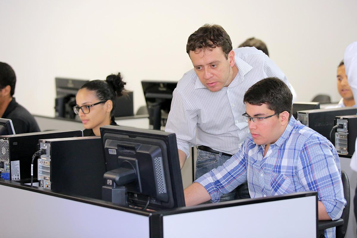 Luiz Henrique Higino Buarque, um dos facilitadores do curso, orienta estudante.
