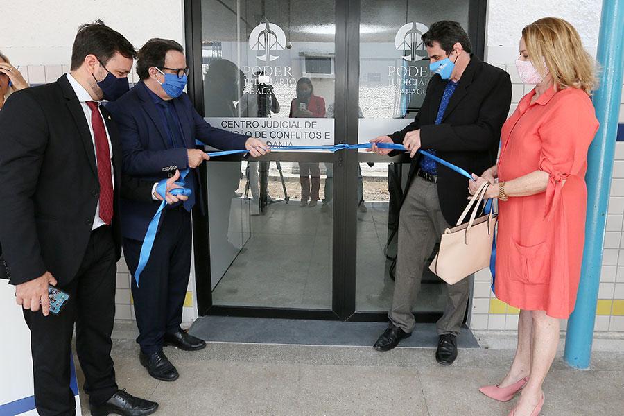 Representantes do Judiciário, da OAB/AL e da Uneal participaram da inauguração do Cejusc, nesta quarta-feira (18).