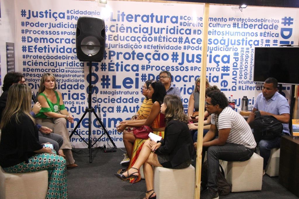 Conversa foi realizada no estande da Esmal com a Almagis na Bienal do Livro.