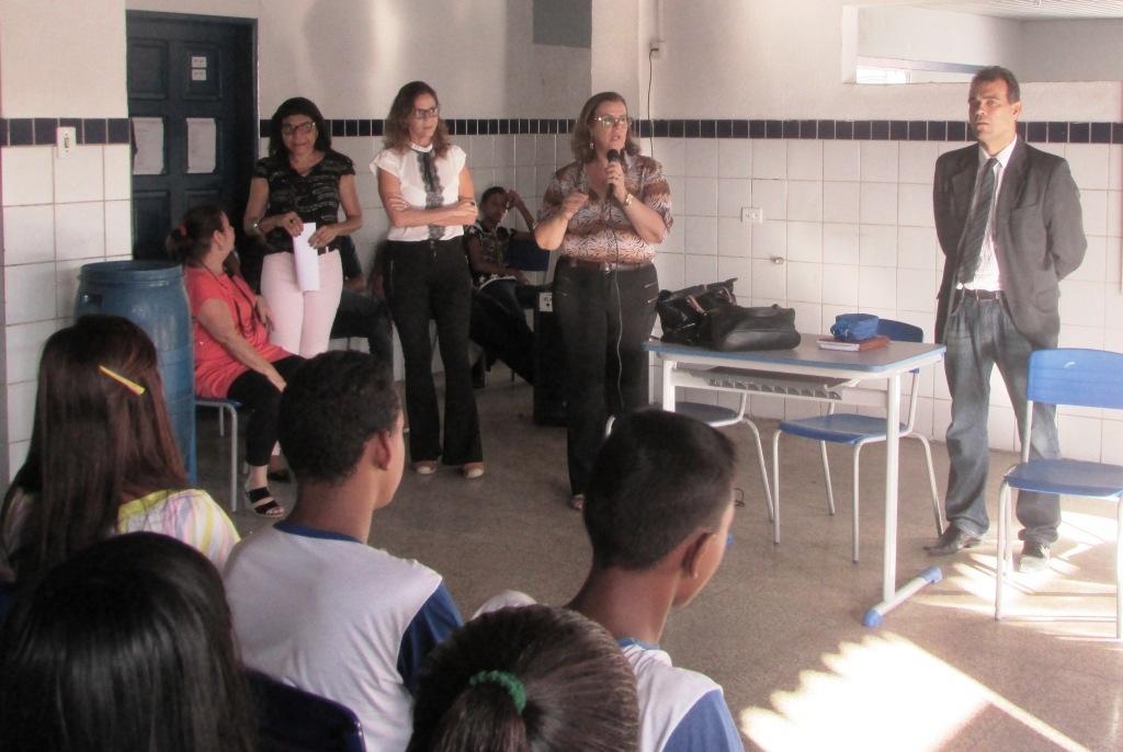 Diretora da escola, Roseane Bezerra, fala para os estudantes sobre as consequências do bullying.