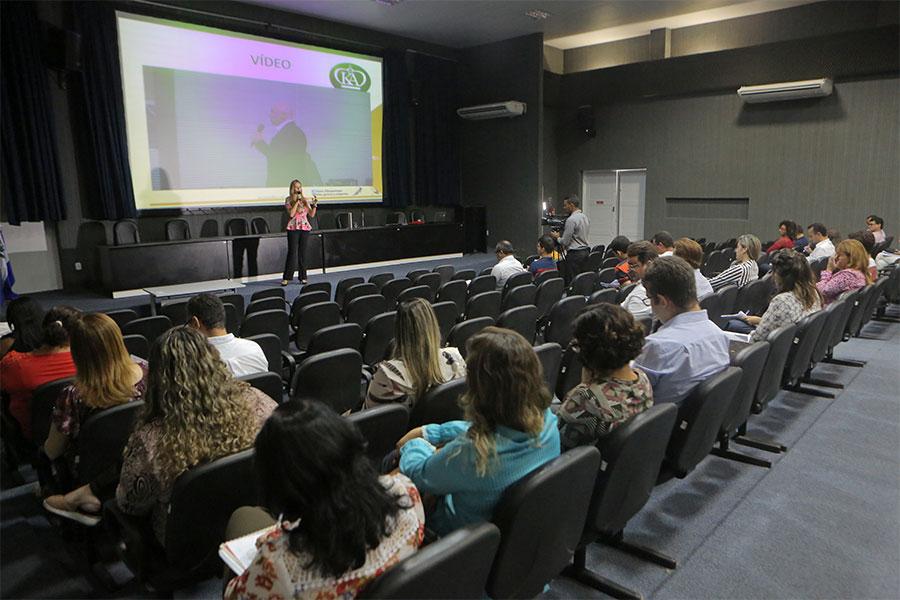 Kátia Albuquerque abordou o assunto através de vídeos explicativos e atividades em grupo.
