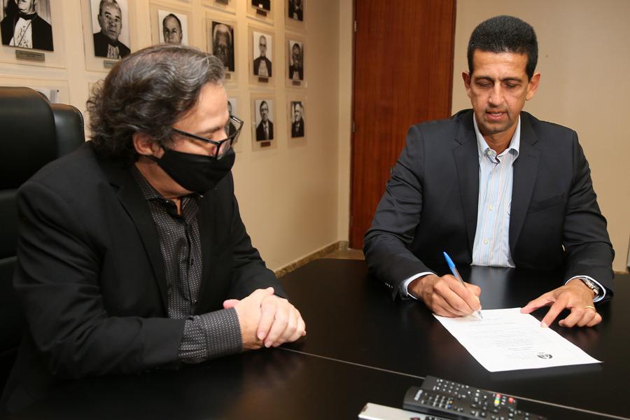 Juiz Alexandre Lenine assinou termo de posse na presença do presidente do TJAL, Tutmés Airan.