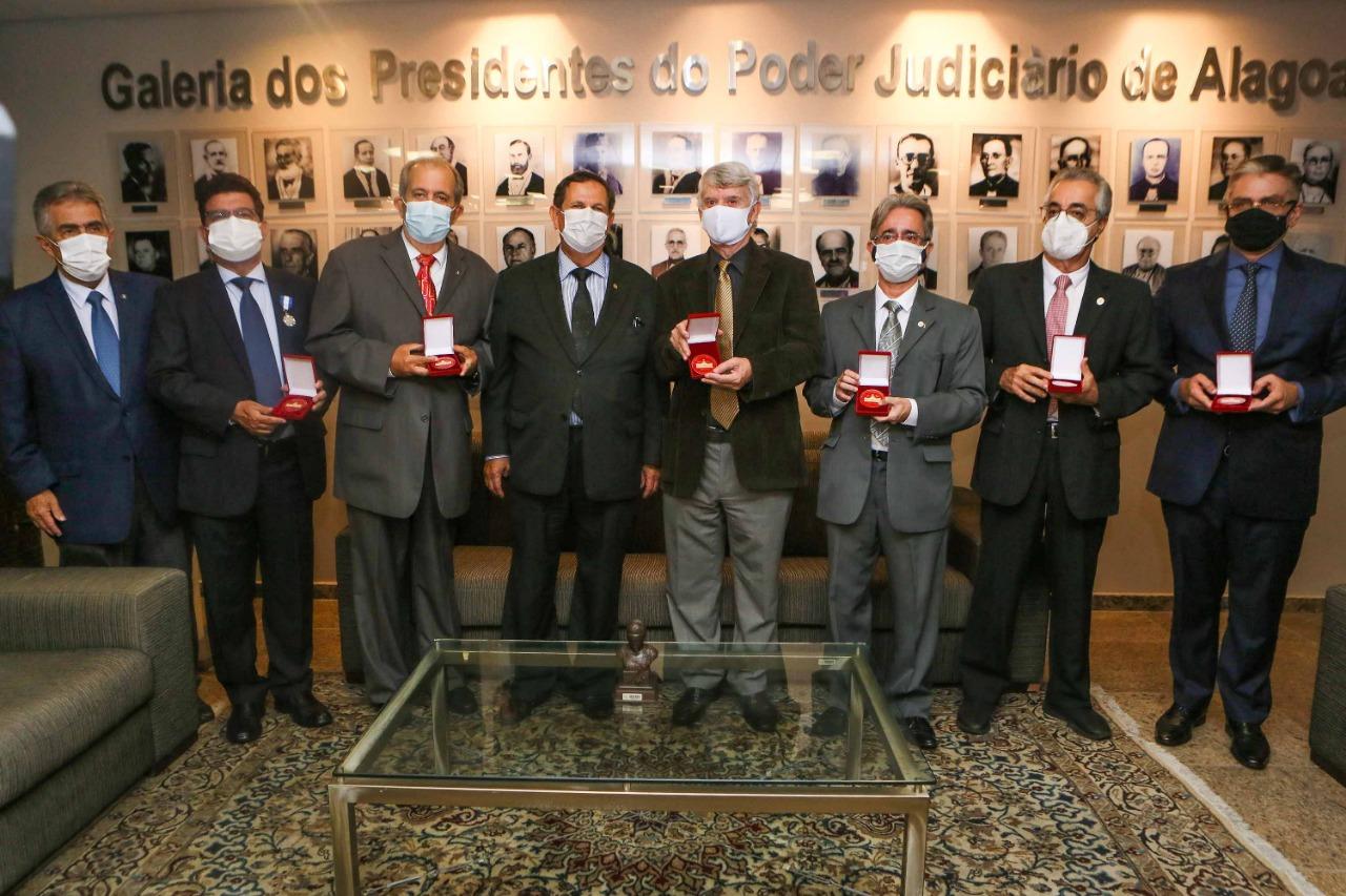 Entrega das medalhas ocorreu nesta quarta-feira (29), na Presidência do TJAL.