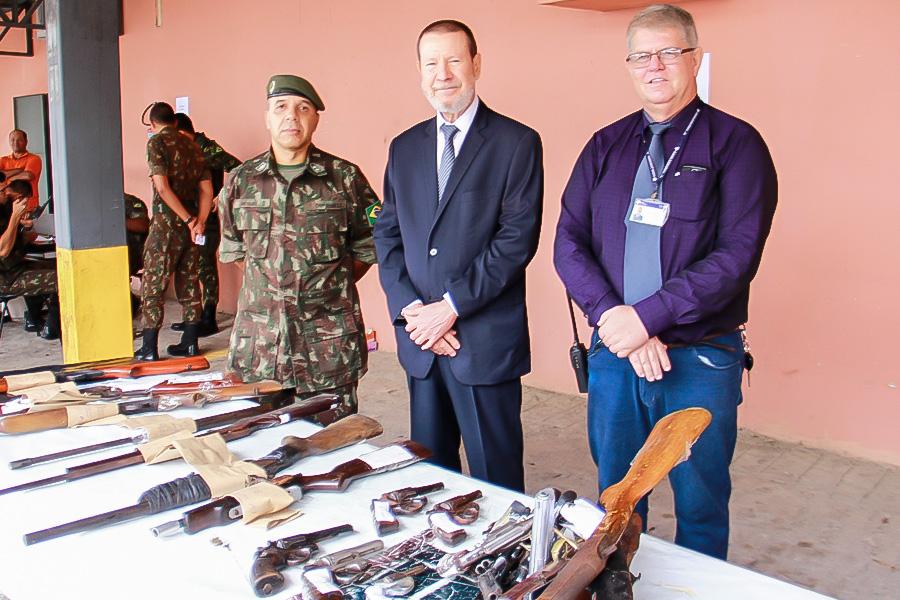 Tenente Nezinho, corregedor e coordenador do CCAM acompanharam a entrega das armas