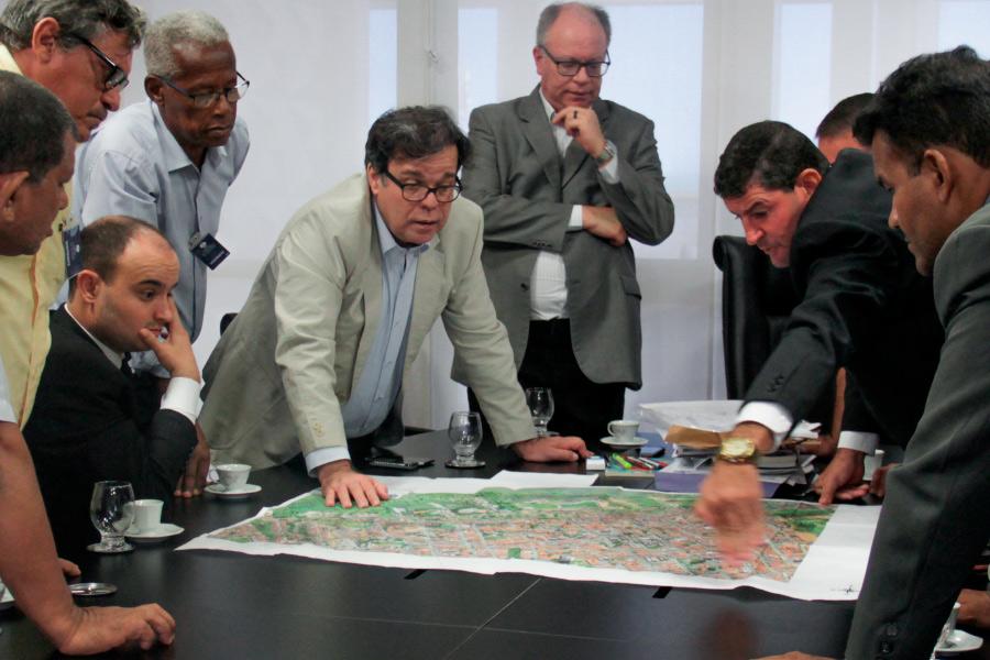 Tutmés Airan e líderes comunitários analisam mapa da região afetada.