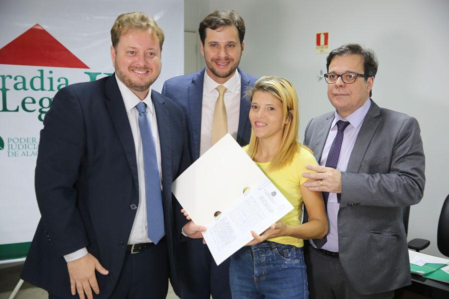 Aline Tamires, de 27 anos, foi uma das beneficiadas com o Moradia Legal, nesta sexta (10).